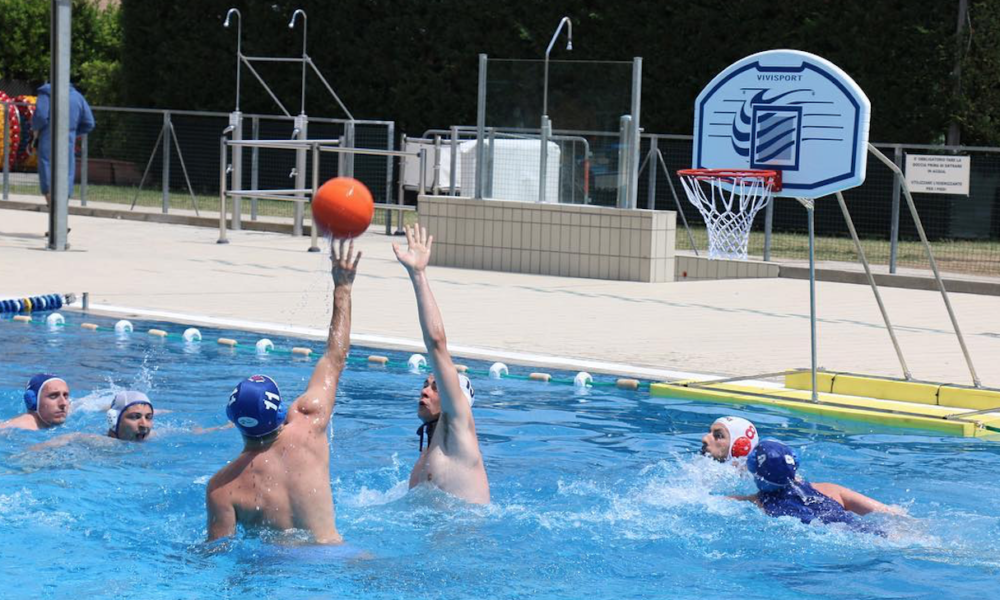 waterbasket canestro in piscina e palla in mano